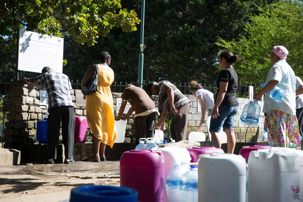 Queue for water in Cape Town